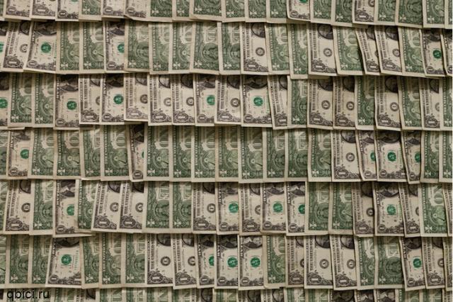 комната из денег
