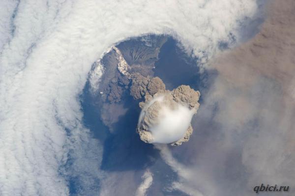 Извержение вулкана фото.Вулкан Сарычева — действующий вулкан на острове Матуа Большой Курильской гряды