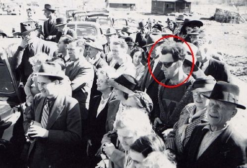 Снимок человека из будущего в свитере, очках и с камерой
