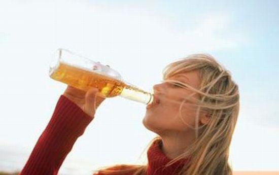 Женщины пьют чаще, чем мужчины
