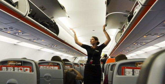 Стюардессы и пассажиры рассказали о самых странных вещах, которые они видели в самолетах