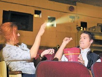 Все больше зрителей хотят ходить в кинотеатры чтобы …. выпить кофе и поесть