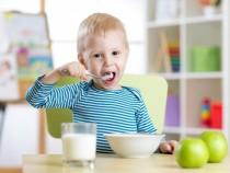 Ребенок ведет себя за столом, так как ведут себя его родители