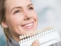 В чём вред художественных накладок на зубы